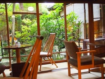のれんをくぐると母屋に作られた「イタリアンダイニング」、中庭に面した4部屋と蔵からなる「茶房」の2つのお店に行くことができます。