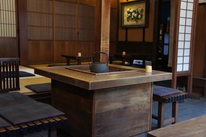 囲炉裏と言えば座敷のイメージがありますが、こちらはテーブル席の囲炉裏もあります。