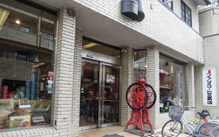 本店のすぐ近くにある三条支店。 ビルの1階に位置しているため、普通の喫茶店とあまり変わりないように思いますが、三条支店には驚きの魅力が。