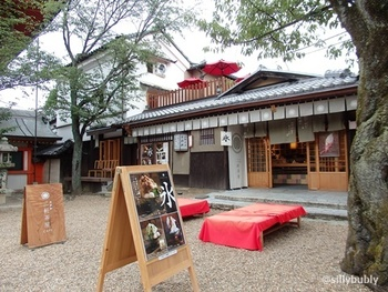 八坂神社の境内にあるという風情溢れるロケーション。神社の中で極上のあんみつが食べられるなんて☆