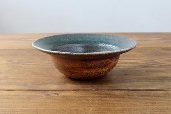 信楽焼は、中世(平安・鎌倉時代)に発祥して現代まで作り続けられている「日本六古窯」のひとつ。他には瀬戸焼・常滑焼・越前焼・丹波焼・備前焼があります。  信楽焼が作り始められたのは13世紀後半。茶の湯が流行した桃山時代には、その素朴さと侘び寂びの美により茶人から愛されました。