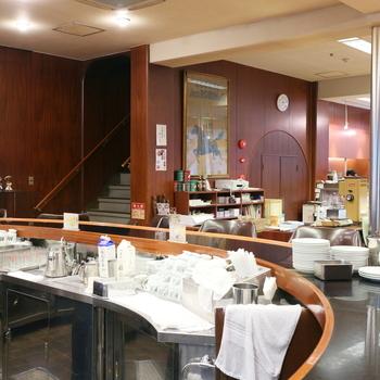 その魅力はお店奥に構える円卓。 円卓中心では、イノダコーヒの社員さんがコーヒーやサンドイッチを作る姿が。 コーヒーの入れ方やサンドイッチの作り方をまるでショーのように観覧しながらゆったりとコーヒーを飲むことができます。