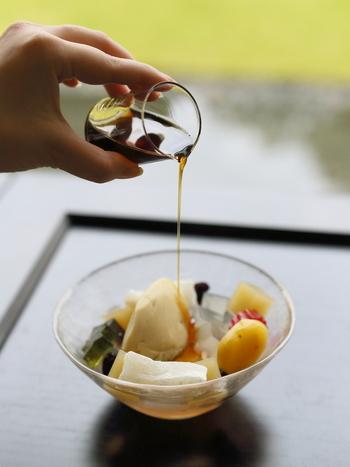 和菓子で有名な老舗「とらや」の菓寮でこんなに愛らしく美しいあんみつがいただけます!琥珀羹や粟羊羹が入っているのもとらやならでは。口の中で調和する絶妙な味わいを試してみてくださいね◎