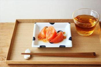 砥部焼は、江戸時代の安永6年(1777年)に生み出されました。これは、当時の大洲(おおず)藩の財政が厳しかったため、新たな産業を興すために特産品の伊予砥(砥石)を利用した磁器を開発することが発案されたためです。