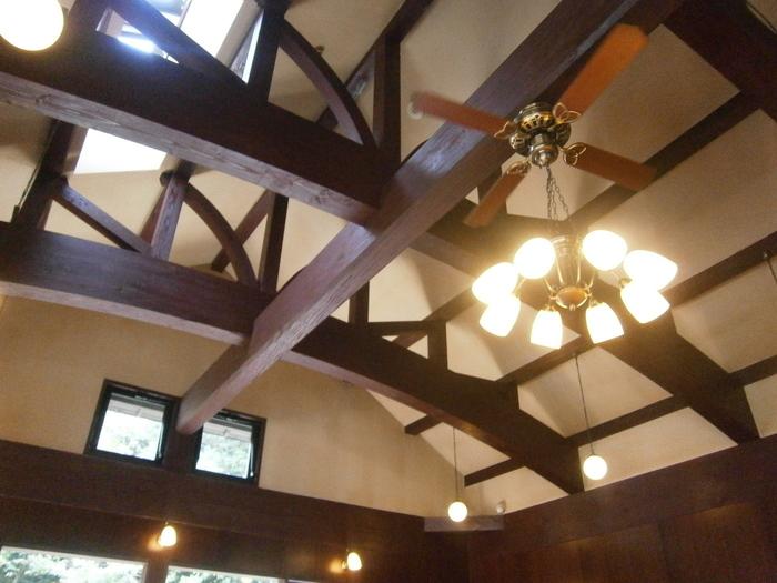 天井の高い店内は、解放感が感じられます。 レトロな照明やインテリアで、他にはないイノダコーヒならではの空間を感じることができます。