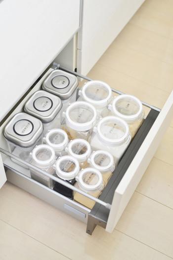 冷蔵庫だけでなく、引き出しにストックしている調味料も。キッチンに収納している保存容器を統一すると、さらにスッキリ感がUPしますね♪