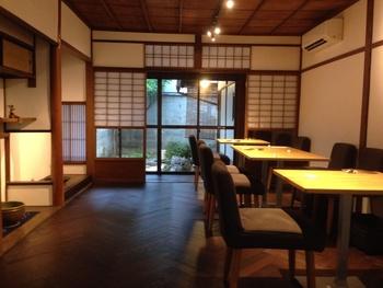 お店は町家を改造した和モダンなオシャレなカフェの雰囲気です。