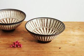 こちらの文様が「刷毛目」。  小石原焼は、天和2年(1682年)に伊万里から陶工を招いて、中国の製法に倣って作り始められました。陶磁器で日本で最初に伝統的工芸品に指定されたのは、この小石原焼です。