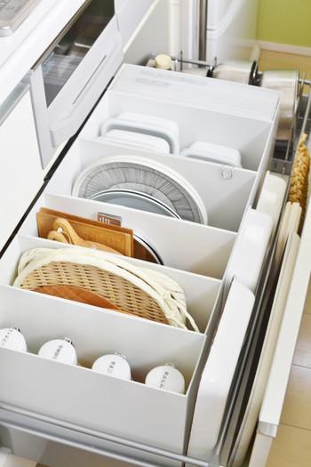 """鍋・ボウル・ざる・保存容器など。キッチンの""""IH下""""に置きたい物は沢山ありますが、使う時にサッと取り出せて、見た目も美しく収納するのはなかなか難しいもの…。そんな難易度の高い収納でぜひお手本にしたいのが、ニトリ&無印良品のアイテムを活用した整理術です。ボウルとざるはニトリのフライパン立てに。無印良品のファイルボックスには、レシピブック・保存容器・トレイなどが綺麗に収納されています。"""