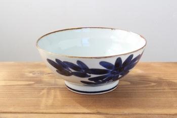 こちらは波佐見焼の中でも代表的な「くらわんか碗」。筆で素朴な絵付けがされています。丈夫で壊れにくいので、江戸時代から日常食器として親しまれていました。