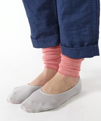 シルクを85%も含んだショート丈のレッグウォーマーです。トレンドのワイドパンツを履いた時に感じる足元のスースーした感じをカバーしてくれそう!シルクのもつ吸・放湿性のおかげで、蒸れずに保温できますよ。