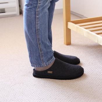前述のレッグウォーマーや靴下と合わせるなら、かかとのないタイプも便利です。