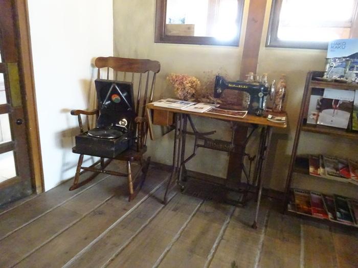 ロッキングチェアーやミシンなど、時代を感じられる家具も飾っています。函館の雰囲気にこういうアンティーク家具って不思議と合うんですよね。