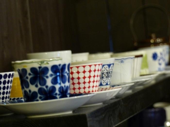 きれいに並べられているカップとソーサー。見ているだけで楽しい気分になりますね!