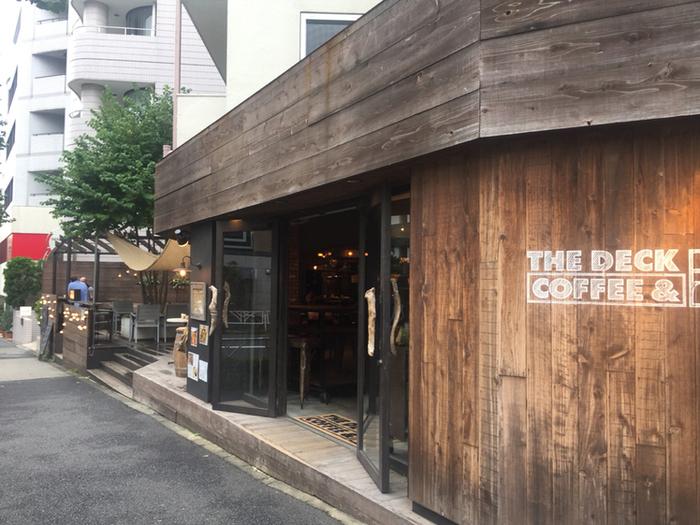 北参道から原宿方面にある「ザ デック コーヒー&パイ」は、ウッディ調でラフな落ちつくお店。原宿の雑踏から離れた場所でホッとくつろぎたい時に立ち寄りたくなるお店です。
