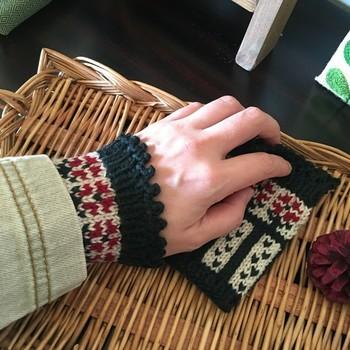 クラシカルなお花模様が素敵なリストウォーマーです。これなら手先を使うPC作業や手芸中でもしっかりと手首を温めてくれますね。