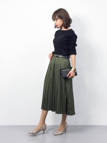 スカートスタイルが多い人は、スカートとストッキングの静電気による纏わりつきに悩まされますよね。これを解消するには、ハンドクリームを手にとって手のひらでしっかり温めたら、ストッキングを穿いた足を2~3回撫でるだけです。