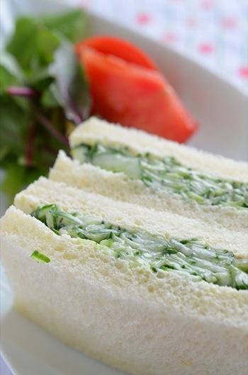 きゅうりのサンドイッチは、イギリスのティータイムに欠かせない存在。シンプルでヘルシーですが、マヨネーズとヨーグルトで和えることで、さっぱり美味しいサンドイッチに。