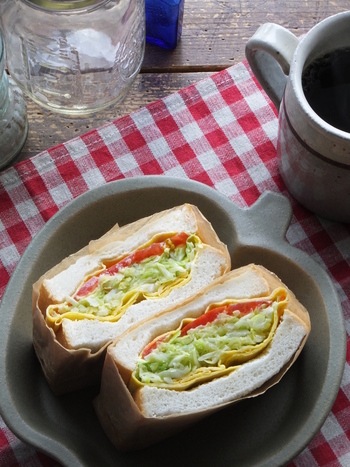 これ一つで野菜が100gも摂れる、野菜メインのサンドイッチレシピ。かさのある山盛りキャベツも、バターを添えて蒸せば、たっぷり食べられますよ。
