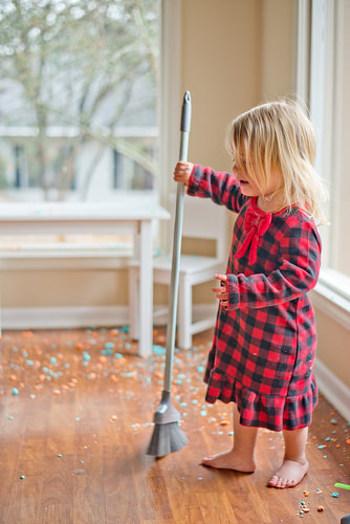 ●掃除をしましょう  整理整頓を進めながら、掃除も始めましょう。大きな家具や家電の裏側や下は、引っ越し当日しかできないので、それ以外の場所で、できる部分は全て掃除します。