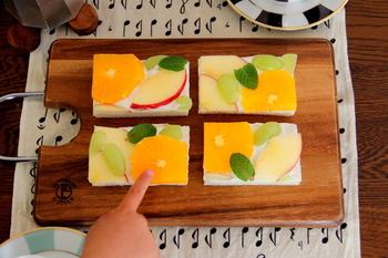 フルーツサンドを作るなら、スライスしたフルーツが可愛いオープンサンドにするのもおすすめです。パンに水切りヨーグルトを塗るので、生クリームが無くても気軽に作れます。
