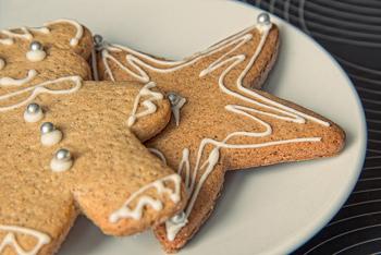 北欧では「ペッパーカーカ」と呼ばれる薄めのジンジャークッキーがポピュラー。型抜きしてアイシングしたりマーブルチョコをのせたりして楽しむそうです。