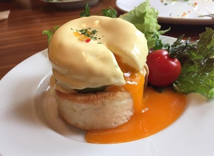 人気のエッグベネディクトも注文できます! とろとろの卵とベーコンがたまりません! サーモンとアボガドのエッグベネディクトも選べます。