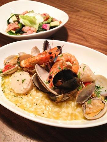 おいしそうな魚介のリゾット! ヨーキーズブランチはブランチやカフェだけでなくディナーも好評! 夜にはしっとりした雰囲気でおいしいお料理とお酒を楽しみましょう!