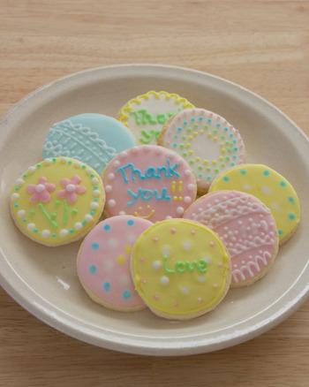 ピンク、水色、黄色、淡いパステルカラーがとっても可愛らしいこちらのクッキー、こんな素敵なアイシングが出来たら素敵ですよね!こちらのアイシング、初心者さんでも分かりやすいように、写真付きでアイシングの作り方が丁寧に紹介されています。是非、挑戦してみて下さいね!