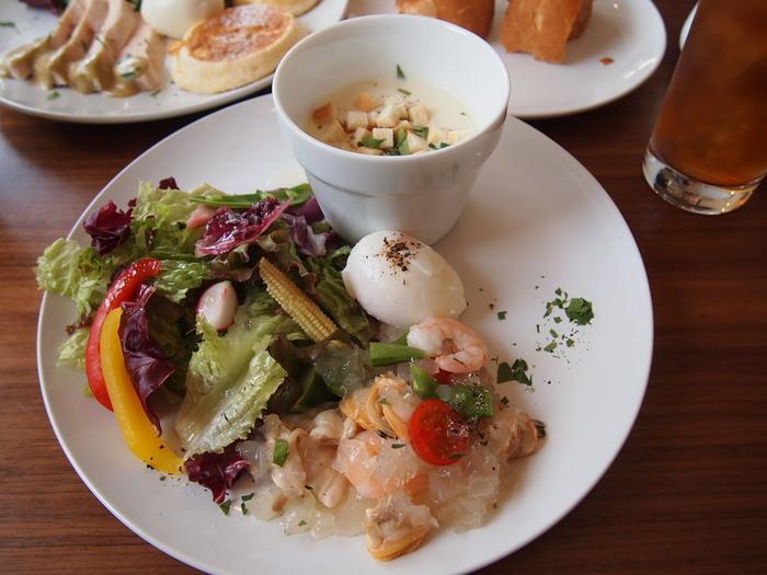 ブランチセットは魚介かお肉か選べます。 朝昼兼用だから普通の朝食よりもちょっとボリュームがあります。 画像は魚介のセット。 魚介のマリネがおいしそう♪