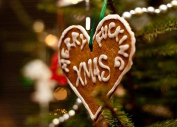 アイシングでオリジナルのメッセージを書き込んでクリスマスツリーのオーナメントにするというのはいかがでしょう!