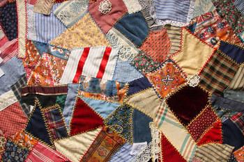 自分で集めた好きな布のはぎれを使って、大きなブランケットを作れたらもう最高です。縫っている間も使う時も、好きなものに包まれていい時間が過ごせそうですね。あえてバラバラのカタチを繋ぎ合わせても可愛い!
