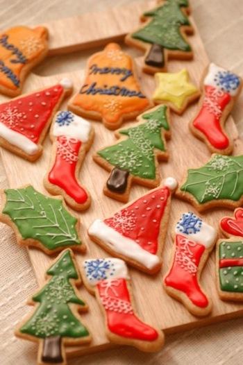 クリスマスと言ったら、やっぱり赤、緑が入ったクリスマスカラーが思い浮かびます。クッキーもクリスマスカラーで彩れば、一気に華やか!クリスマス気分を盛り立ててくれます。