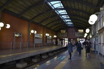 世田谷線の三軒茶屋駅は、天井がアーチ状になっており、丸い電灯や赤レンガがレトロで素敵なホームです。