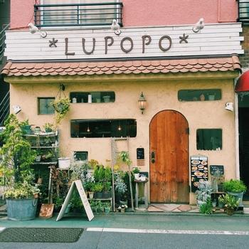 三軒茶屋と言えば、美味しくてオシャレなレストランやカフェが豊富にあるグルメな街として有名です。こちらは三軒茶屋駅から徒歩3分のカフェ&ギャラリー「 LUPOPO(ルポポ)」。メルヘンな外観がとっても可愛いですね。