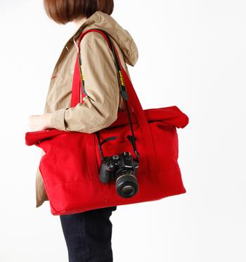 フォトグラファーの2人によって作られた、カメラも入るトートバッグブランド「nadowa」。