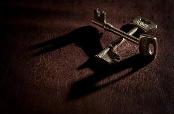 ●戸締りや水道の栓を確認  退去の前に、戸締りや水道、ガス、電気のブレーカーを確認します。最後に、大家さんに鍵を返します。