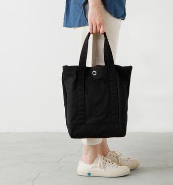 こちらは「ville(ヴィル)」。フランス語で「都市」を意味するトートバッグは、普段使いにも適応するスタイリッシュなデザイン。