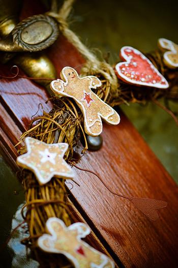 クリスマスリースに手作りの型抜きクッキーをデコレーション!玄関にこんな素敵なリースがあったら、大注目ですね!