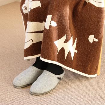 冬の床の冷たさをシャットダウンするには、ウールやフェルトなどあったか素材のルームシューズがオススメです。