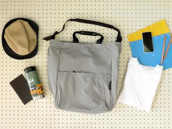 マチもたっぷり。外ポケット・内ポケットと収納力も抜群。毎日の相棒にしたくなるバッグです。