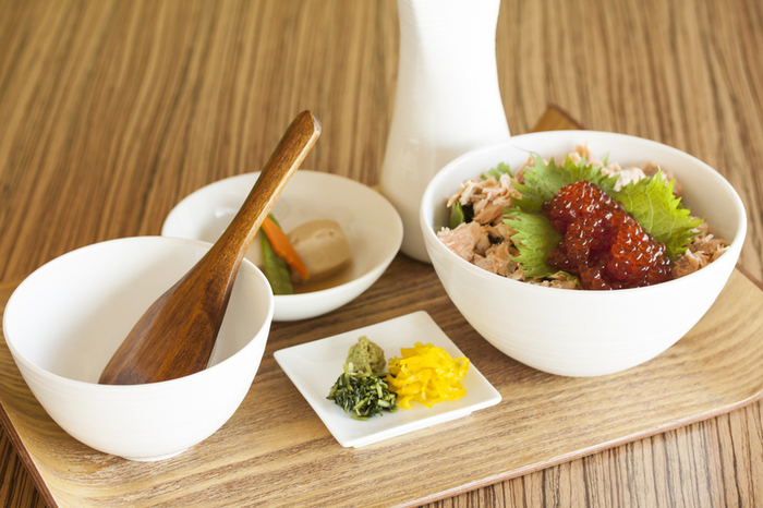 京都のお番茶で炊き上げたご飯に、出汁をかけていただく「出汁飯」が人気です。