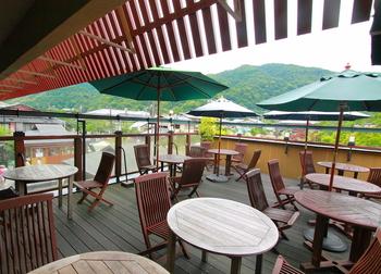 季節によって木々の色が変わる嵐山を眺められる、開放的なオープンテラスでいただくランチは最高です。
