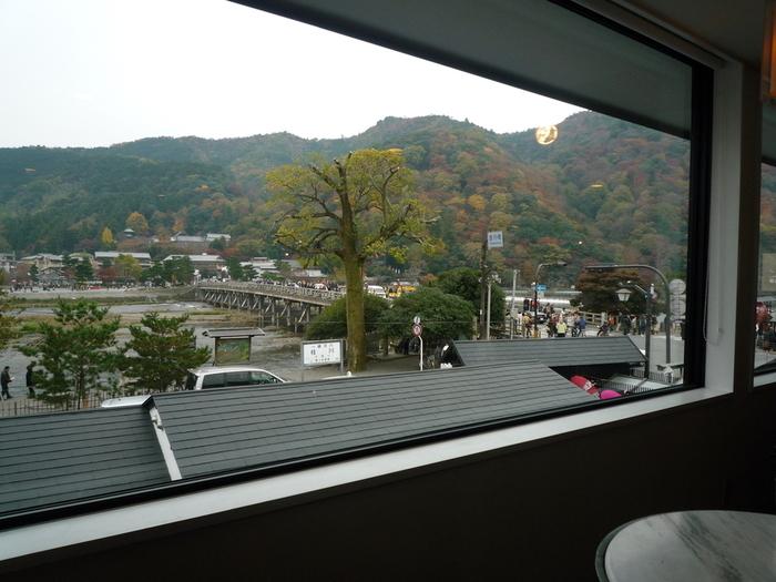 雄大な嵐山や桂川、渡月橋などの景色を見ながらランチできるカフェも。目でも舌でも京都を味わえるカフェがたくさんあります。