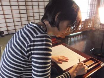 筆か筆ペンを用いて記すので、おのずと姿勢が正しくなります。背筋が伸びると、心持ちもピンと張って清々しいものに。