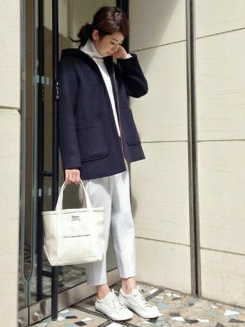 寒い季節には、あえて白のタックパンツを選んでみて。ショートコートがぴったり合います。