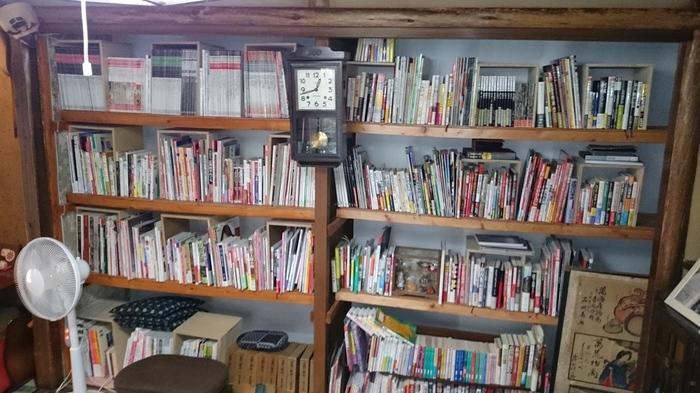棚には、京都にちなんだ観光本や歴史本がずらりと並んでいます。本を読みながら楽しむ朝のひと時も特別な感じがします。