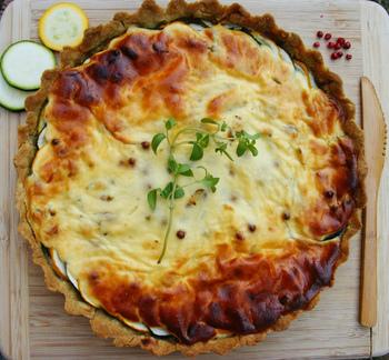 ご存知の方も多いと思いますが、キッシュとは、卵とクリームを使って作るフランス、アルザス・ロレーヌ地方の郷土料理です。パイ生地やタルト生地の器の中に、卵・生クリーム・お肉・野菜などを加えチーズをのせ、オーブンで焼き上げた物です。その作り方や具材は各家庭で様々。具材次第でメインにもおやつにもなる一品です。