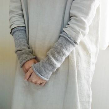 手首だけでなく腕まですっぽりと包んでくれる「アームウォーマー」もオススメです。