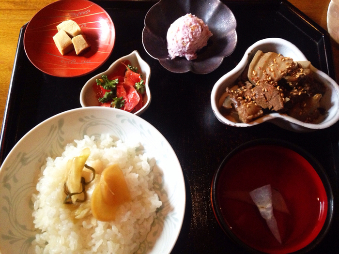 モーニングメニューではありませんが、朝10時から営業しているのでちょっと遅めの朝ごはんにおすすめ。一汁一菜と一汁三菜など、ボリュームが選べるのも嬉しいですね。京都の食材を生かした優しい味わいの食事がいただけます。